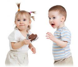 Детки лопают конфетки